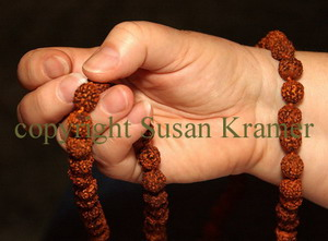 photo credit S. Schaap; how to hold a mala